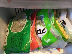 冷凍庫の中の縦置き冷凍食品